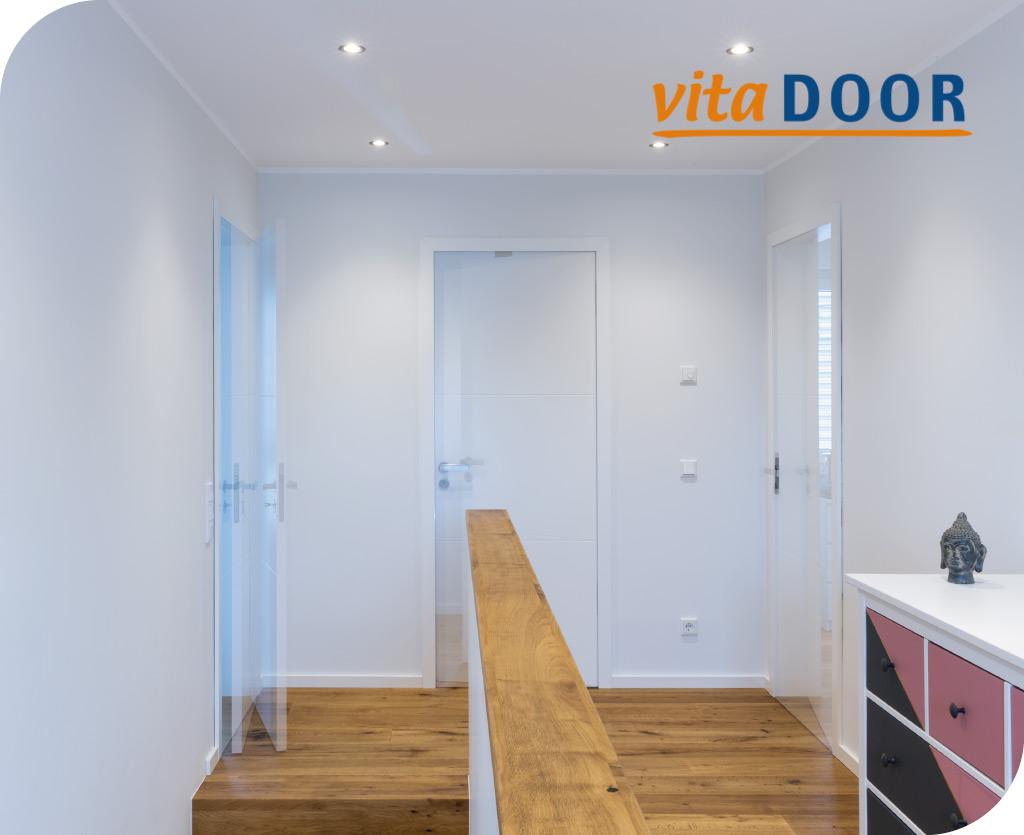 vitaDoor mehrere moderne weisse Türen in einem Flur