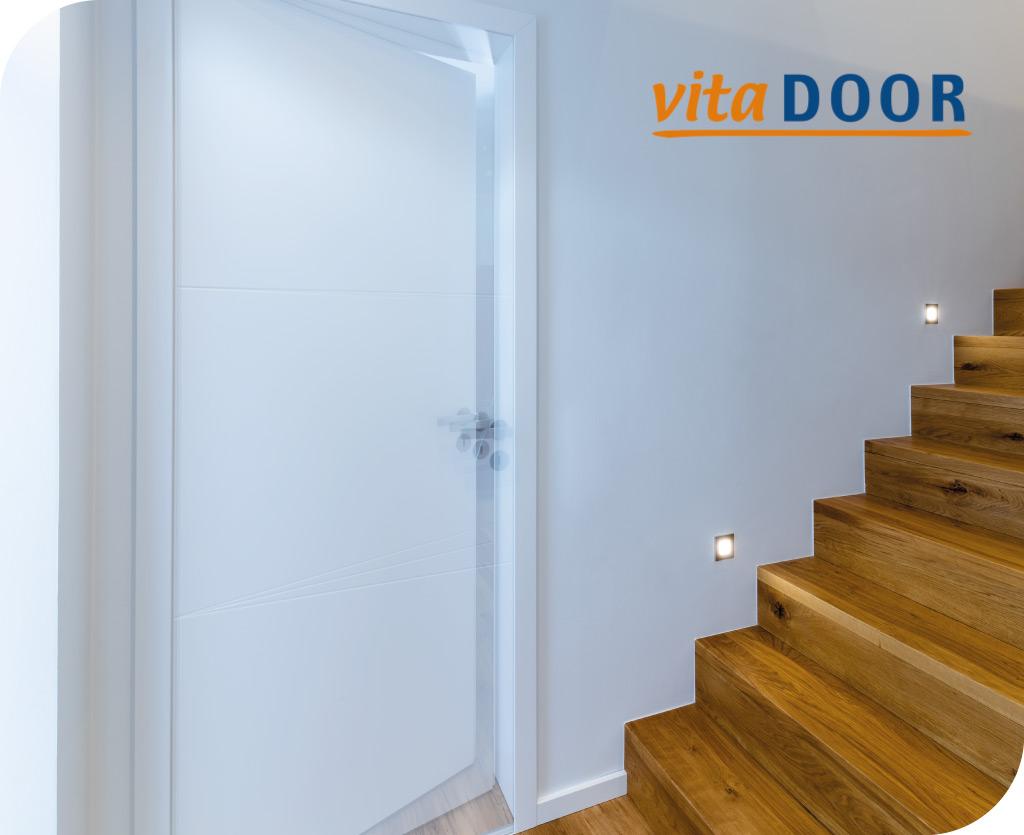 vitaDoor moderne weisse Tür in einem Treppenhaus